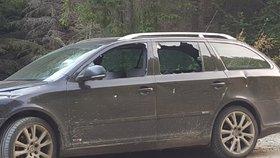 Auto má vytlučená všechna okna kromě čelního.
