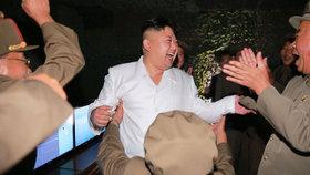 Kim Čong-un vyhlásil party: KLDR slavila odpálení rakety.