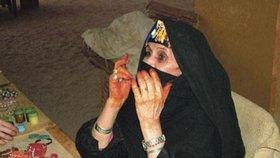 Past na turisty. Po celém Egyptě doslova atakují návštěvníky země prodejci suvenýrů. Nejinak tomu je i v oáze Om Delfa.