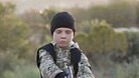 Malý džihádista na videu brutálně popravil vězně.