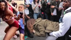 """Festival Notting Hill se zvrhl: """"Souložící"""" policista a děti, násilí a stovky zatčených."""