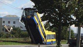 V Otrokovicích havaroval trolejbus, na místě je více zraněných.