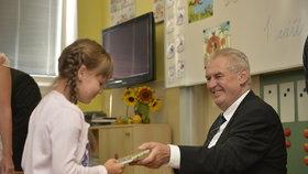 Prezident Miloš Zeman zahájil školní rok na Stochově nedaleko Lán. Prvňákům rozdal památníčky se svým podpisem.