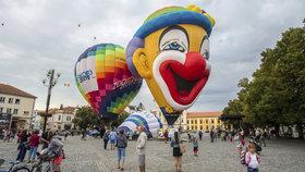 Nad Slováckem se honí horkovzdušné balony. Probíhá tady české mistrovství. Soutěží i klaun.