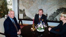 Bývalý sovětský prezident Gorbačov po 17 letech navštíví Prahu. Na snímku s Václavem Havlem