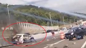Tohle se jen tak nevidí! Lidé spojili síly a pomohli ženě z hořícího auta.