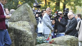 Andrej Babiš uctil památku romských obětí u památníku v Letech.