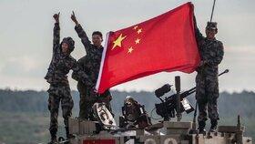 Čínská armáda posiluje a roste. Chce prý chránit i své hospodářské zájmy v zahraničí.