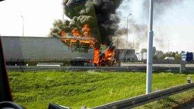 Oheň zničil část nákladu. Rumunský kamion převážel pneumatiky.