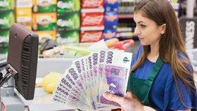 Pokladní dostanou od nového roku šest tisíc navíc? Nereálné, míní zaměstnavatelé.