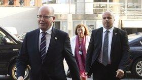 Summit EU v Bratislavě: Český premiér Bohuslav Sobotka a velvyslankyně Livia Klausová na červeném koberci