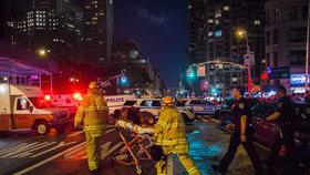Exploze bomby na Manhattanu si vyžádala desítky zraněných.
