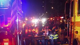Zásah policie po výbuchu nálože neznámého původu. Na místě bylo na třicet zraněných.