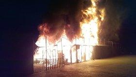 Uprchlický tábor na řeckém ostrově Lesbos zachvátil mohutný požár.