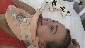 Simona po autonehodě v nemocnici. Lékaři jí řekli, že bude od krku dolů ochrnutá, ona přesto neztratila optimismus.