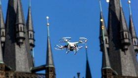 """Drony jako bezpečnostní riziko? """"Nepozorovatelně se dostanou nad cíl,"""" varuje expert."""