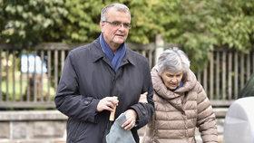 Miroslav Kalousek (TOP 09) vyrazil s maminkou k volbám