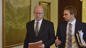 Bývalý předseda vlády Bohuslav Sobotka (ČSSD) před jednání svého kabinetu s mluvčím Martinem Ayrerem