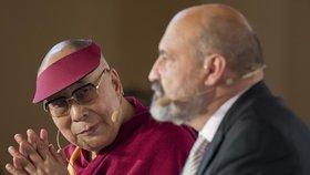 14. dalajláma na konferenci Forum 2000 v roce 2016. Vystoupil po boku Tomáše Halíka.