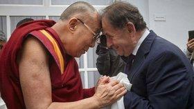 Michael Žantovský s Jeho Svátostí dalajlámou. Tibetský duchovní vůdce přijel do Česka mj. kvůli konferenci Forum 2000.