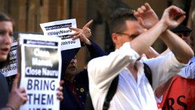 Ochránci lidských práv požadují, aby australská vláda zrušila uprchlický tábor na ostrově Nauru a přivezla uprchlíky do Austrálie.
