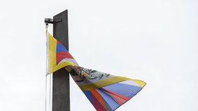 Tibetskou vlajku vyvěsila i Univerzita Karlova v Praze.
