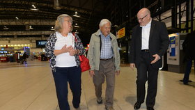 Ministr kultury Daniel Herman přivítal svého strýce Jiřího Bradyho v Praze.
