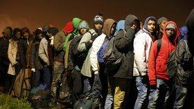 Uprchlíci opouštějí takzvanou Džungli, tábor ve francouzském Calais.