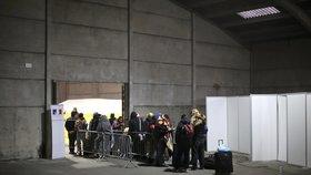 Uprchlíci stojí ve frontě na registraci. Francouzské úřady je následně přemístí do uprchlických center v zemi