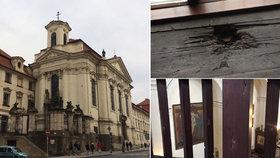 Po 21 dnech, kdy se tu parašutisté schovávali, nacisté kostel obklíčili a začal boj. Ten připomíná i díra po granátu nebo díry po kulkách v zábradlí.