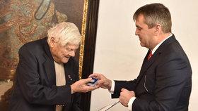 Jiří Brady převzal pamětní list Brna jako poděkování za osvětu.