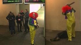 Klaun s motorovou pilou děsil cestující na nádraží v Hulíně.