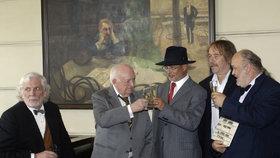 Přípitek Michala Horáčka s režisérem Otakarem Vávrou v roce 2006 pod dohledem Petra Hapky a Jaromíra Nohavici