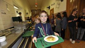 Děti ve školní jídelně dostávají oběd ze sezonních surovin.