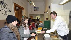 Děti ve školní jídelně dostávají oběd ze sezónních surovin.