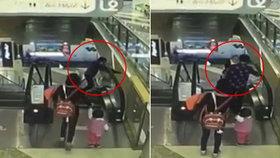 Babička uklouzla na eskalátorech a vnouček spadl z 9 metrů! Tragédii zachytila kamera.