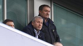 Roman Abramovič je majitelem slavného fotbalového klubu Chelsea. Pokud mu však britské úřady neprodlouží vízum, zápasy svého týmu bude moci sledovat maximálně venku.