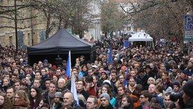 Oslavy na Albertově - studenti a osobnosti veřejného života se sešli na Albertově.