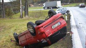 Mladý řidič (18) se podíval smrti do očí. Dostal smyk a skončil v protisměru, kde byl kamion.