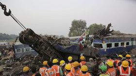 Tragická nehoda vlaku v Indii si vyžádala nejméně 119 životů