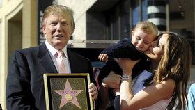 Archivní fotografie Donalda Trumpa s manželkou Melanií a synem Barronem