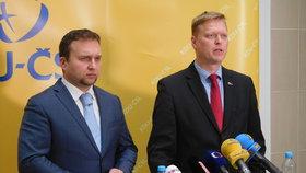 Lidovci Pavel Bělobrádek a Marian Jurečka na tiskovce v Paláci Charitas (22. 11. 2016)