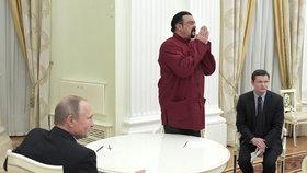Steven Seagal přebírá ruský pas.