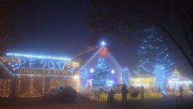 Ze záplavy světel až přechází zrak. Na domě září 42 tisíc žároviček!