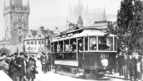 Tramvaj se spodním odběrem proudu jede po Karlově mostě.