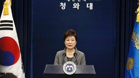 Jihokorejská prezidentka Pak Kun-hje prohlásila, že odstoupí, pokud parlament přijde s plánem bezpečného předání moci.