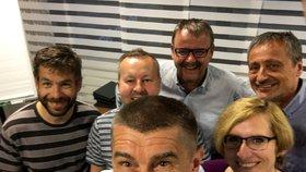 Andrej Babiš s ministry hájícími barvy hnutí ANO Pelikánem, Brabcem, Ťokem, Šlechtovou a Stropnickým