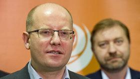 Premiér a předseda ČSSD Bohuslav Sobotka (vlevo) a předseda Poslaneckého klubu strany Roman Sklenák (vpravo)