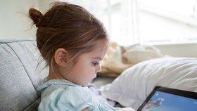 Uklidňujete děti půjčením chytrého mobilu? Mohou mít problémy s řečí, tvrdí pediatři.
