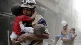 Bílé helmy zasahující po náletech v Sýrii.
